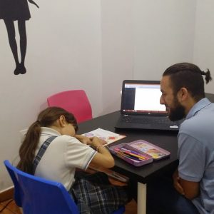 Niñas felices estudiando inglés B2-min