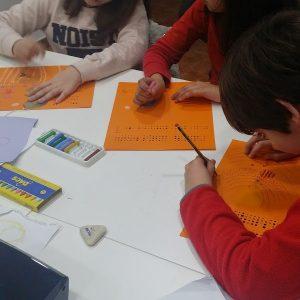 Niños en clases de inglés-min