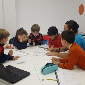 Niños estudiando inglés interesados-min