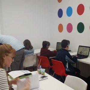 Niños y niñas haciendo exámenes de inglés-min
